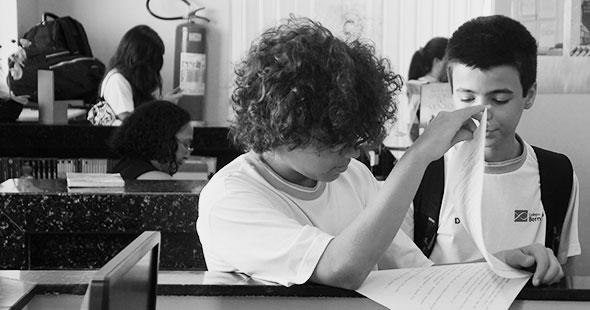 Professora ensinando aluna