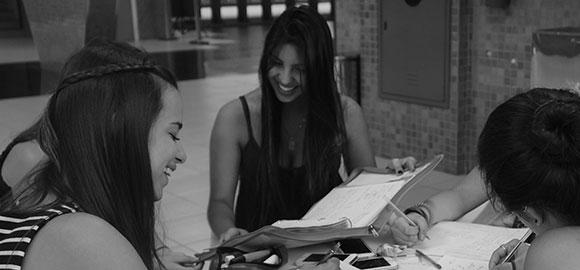 Alunis estudam em mesa