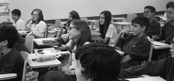Grupo de  estudo na biblioteca