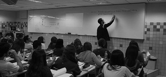 Professor ensinando no quadro em sala de aula