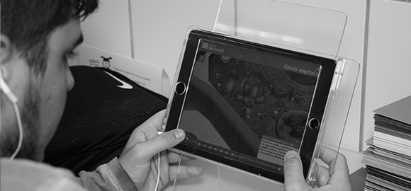 Alunos estudando com tablets na biblioteca
