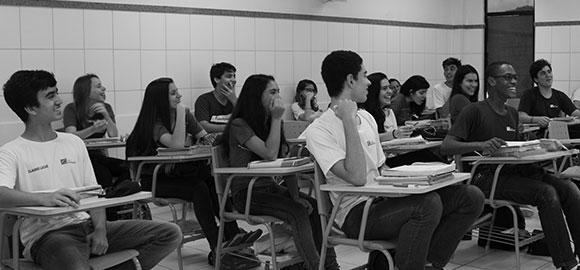 Alunis estudam em sala de aula