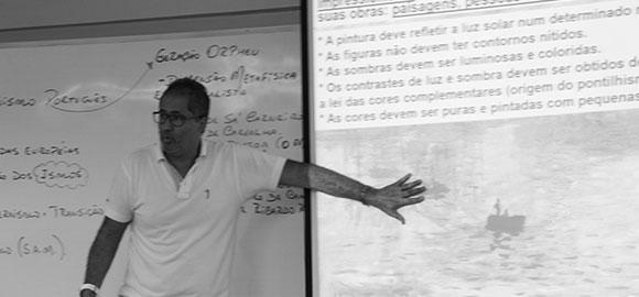 Professora com alunos em sala de aula
